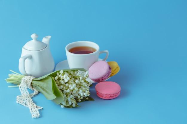 Chaleira e copos com flores da primavera