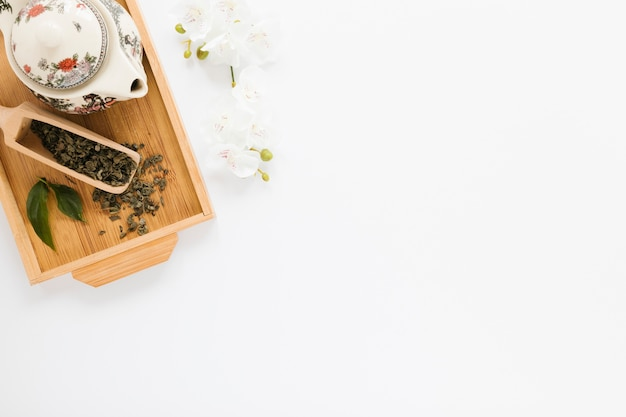 Chaleira e pá de chá com espaço de cópia