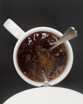 Chaleira elétrica despejando água no café