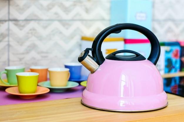 Chaleira rosa na cozinha