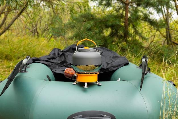 Chaleira turística em um queimador de gás. cozinhar em condições de campo. usando um queimador de gás turístico