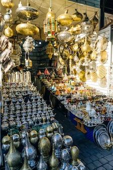 Chaleiras de ferro árabe marroquino para chá marroquino no mercado em medina marrakesh marroquino