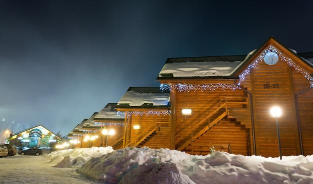 Chalés de esqui à noite