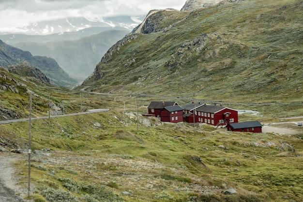 Chalés de madeira vermelhos tradicionais no vale da montanha. paisagem norueguesa da natureza