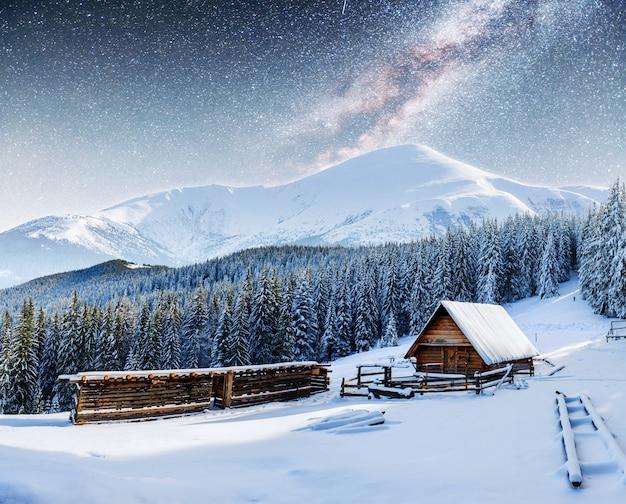 Chalés nas montanhas à noite sob as estrelas.