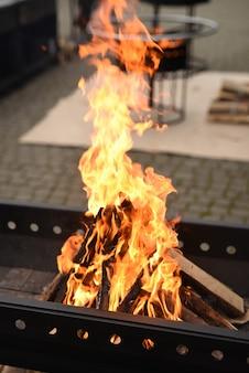 Chama brilhante de uma fogueira na churrasqueira