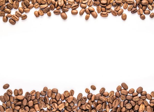 Chama com grãos de café sobre fundo branco