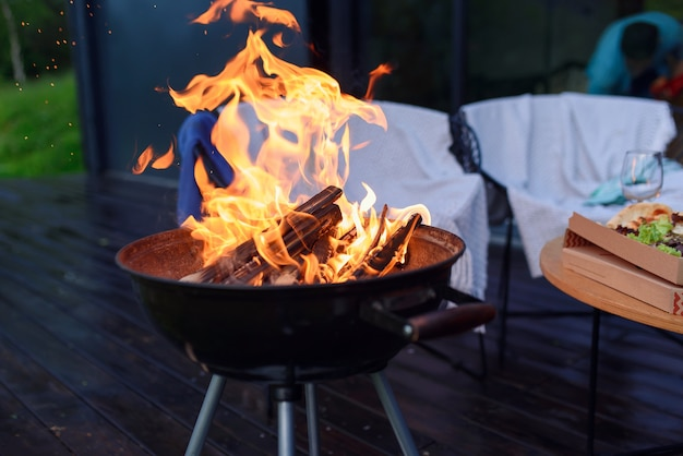 Chama da churrasqueira para churrasco, churrasqueira ao ar livre, cozinhando alimentos