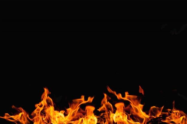 Chama de fogo em preto
