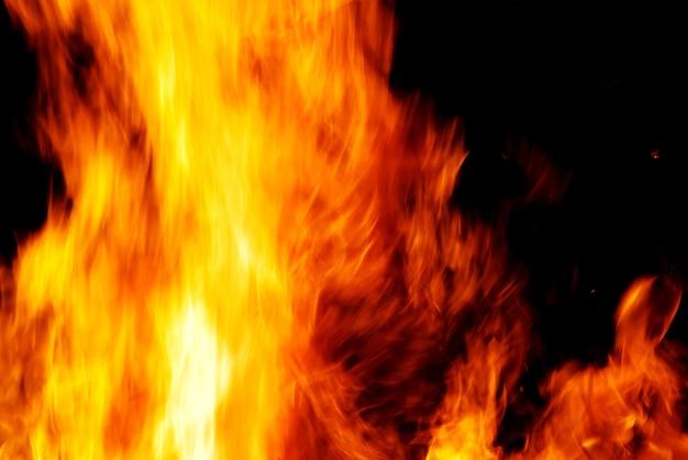 Chama de fogo em uma noite