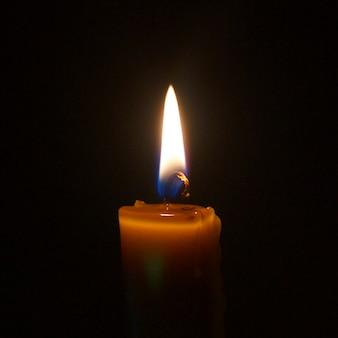 Chama de uma vela à noite closeup