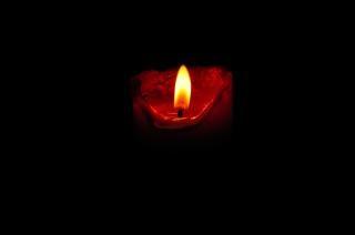 Chama de uma vela vermelha