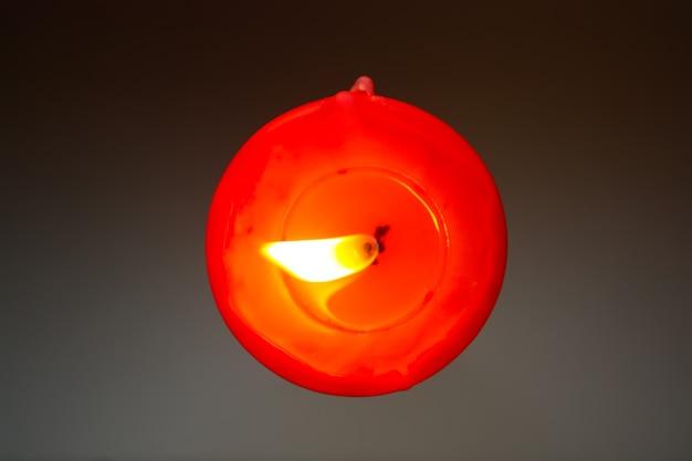 Chama de vela vermelha close-up vista superior