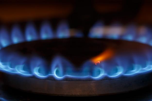 Chama do queimador de gás no fogão a gás