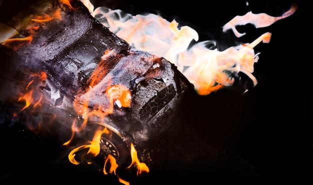 Chama e fumaça de forma de papel de carro queimado