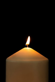 Chama realista à luz de vela acesa, imagem de alta resolução de fundo preto