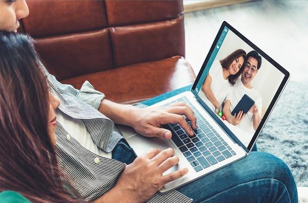 Chamada de vídeo feliz em família, enquanto fica seguro em casa durante o coronavírus covid-19