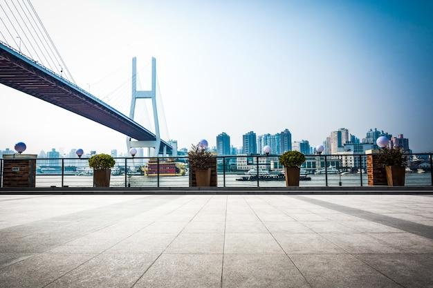 Chamado bayi bridge na noite de shangai china.