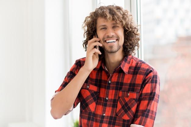 Chamando amigo por telefone