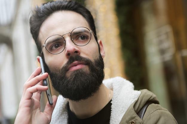 Chamando um amigo na rua