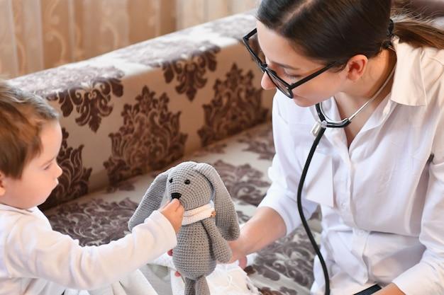 Chamar um médico em casa em uma criança doente. médico pediatra da família médicos da família visita domiciliar a uma criança doente