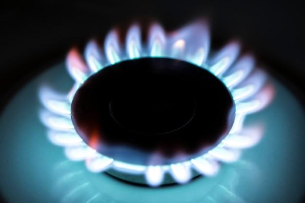 Chamas azuis do fogão a gás no escuro