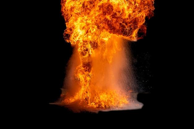 Chamas causadas pela explosão do óleo.