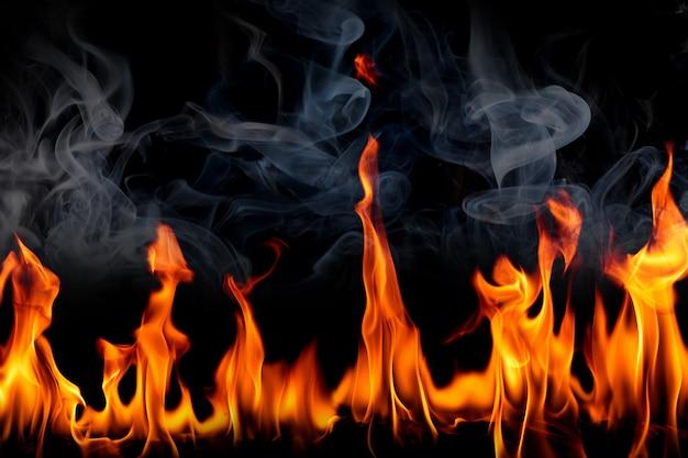 Chamas de fogo com fumaça em fundo preto