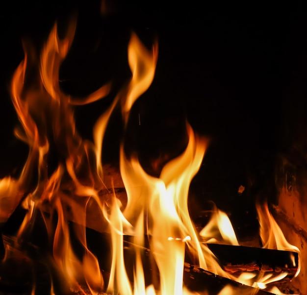 Chamas de fogo em fogo misterioso de fundo preto