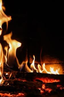 Chamas de fogo em um fundo preto o mistério do espaço do fogo para copiar o texto suas palavras na vertical