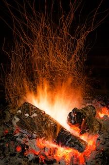 Chamas de fogo em uma lareira