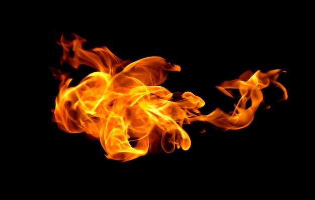 Chamas de fogo isoladas em preto