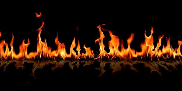 Chamas de fogo no fundo preto da arte abstrata, surgem faíscas vermelhas ardentes, partículas voadoras brilhantes laranja de fogo