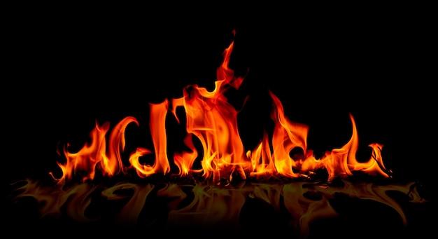 Chamas de fogo no fundo preto da arte abstrata.
