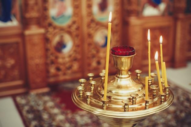 Chamas de velas na igreja ortodoxa