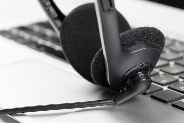 Chame centro suporte headset conceito no laptop do computador teclado