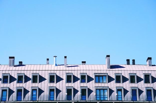 Chaminé na cobertura da casa, arquitetura na cidade de bilbao