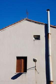 Chaminé no telhado da casa, arquitetura na cidade de bilbao, espanha