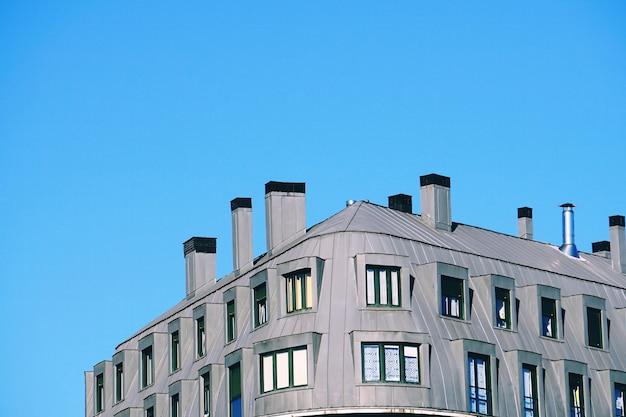Chaminé no telhado dos edifícios, arquitetura na cidade de bilbao, espanha