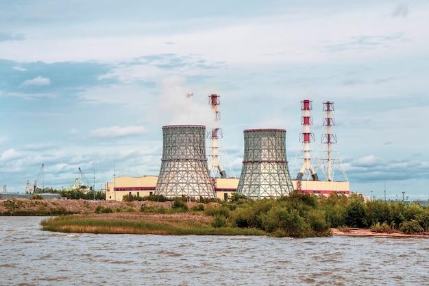 Chaminés de uma usina elétrica, um distrito industrial no sudoeste de são petersburgo.