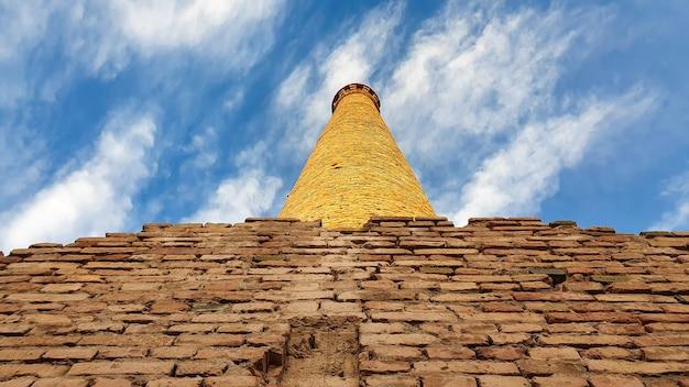 Chaminés industriais antigas de tijolos de barro