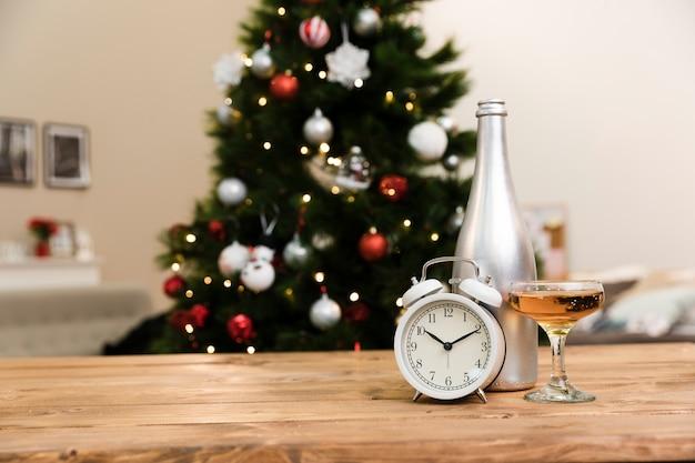 Champanhe de ângulo baixo no copo na mesa