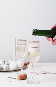 Champanhe de close-up, derramando em vidro