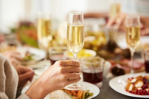 Champanhe de drinknig de mulher