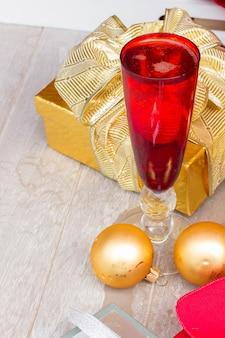 Champanhe de natal em taças vermelhas