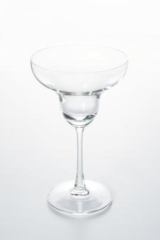 Champanhe de vidro do copo em um fundo branco.