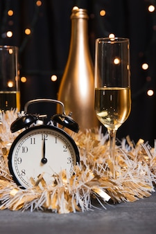 Champanhe de vista frontal preparado para o ano novo