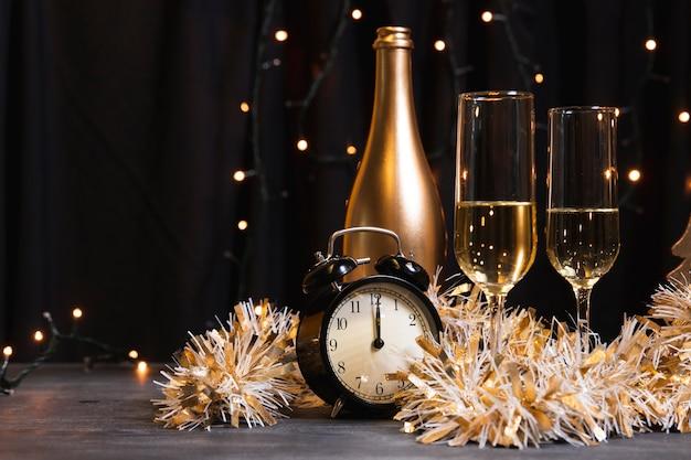 Champanhe de vista lateral para a noite de ano novo