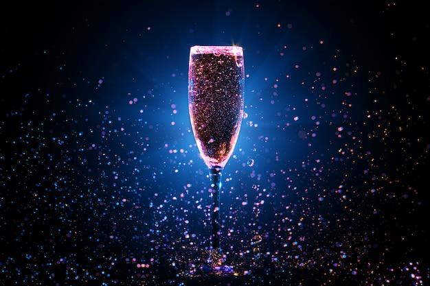 Champanhe derramando em vidro