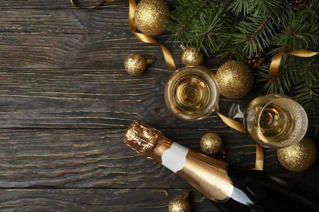 Champanhe e acessórios de ano novo na mesa de madeira